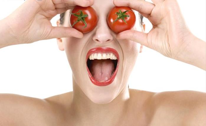 woman_eyes_covered_with_tomatoes
