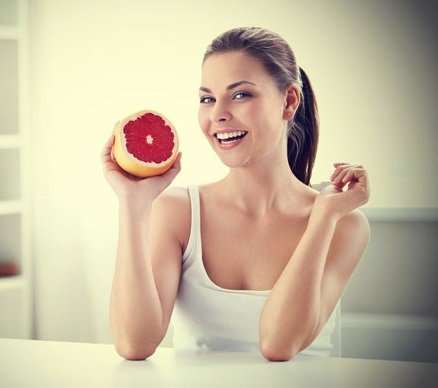 Smiling-woman-with-grapefruit diet